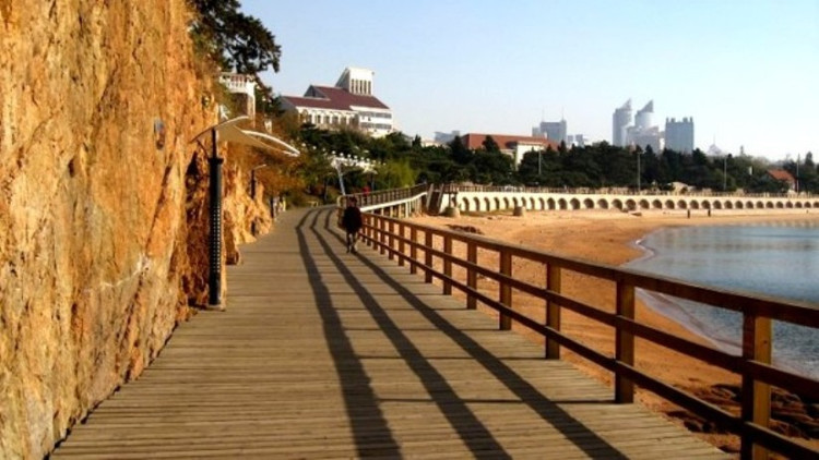 串联了青岛前海海滨美景的海滨木栈道中间断了几段你造吗?